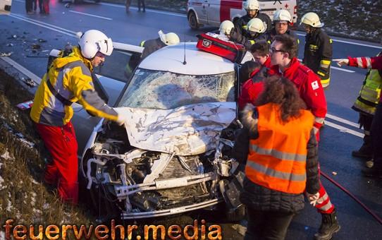 Menschenrettung nach Unfall zwischen Pkw und Lkw (+Video)