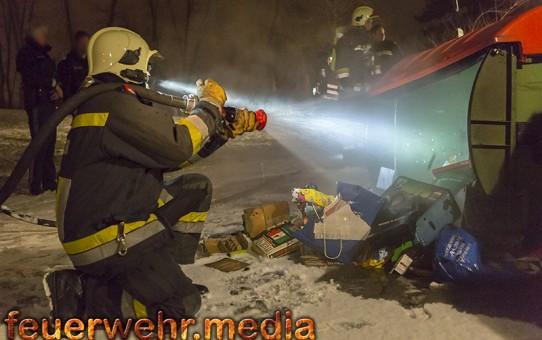 Brand eines Papiercontainers am Neujahrstag