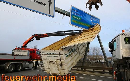 Container rammt auf der Donaubrücke einen Überkopfwegweiser (+Video)