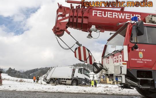 Müllpresswagen droht umzustürzen