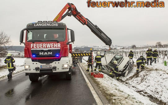 VW-Bus landet auf der Seite liegend im Straßengraben (+Video)