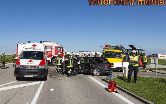 Unfall mit sechs Fahrzeugen - Menschenrettung auf der B37 bei Gföhl