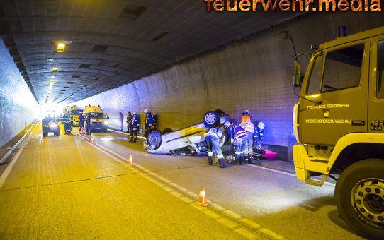 Fahrzeugüberschlag im Tunnel Dürnstein auf der B3