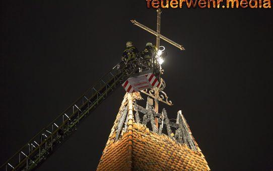 Drosser Kirchturm nach Blitzschlag in Brand