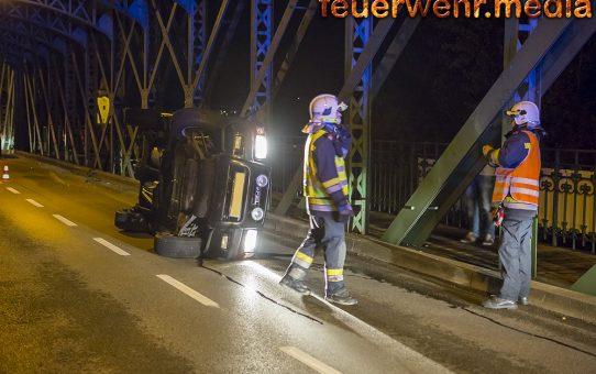 Geländewagen landet nach Unfall auf der Fahrerseite
