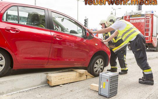 Pkw rutscht im Baustellenbereich der S5 über eine hohe Fahrbahnkante