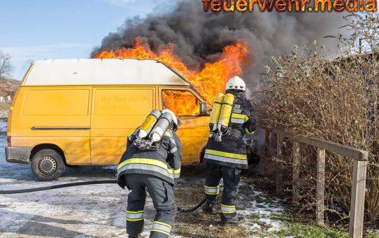 Abgestellter VW-Bus in Vollbrand