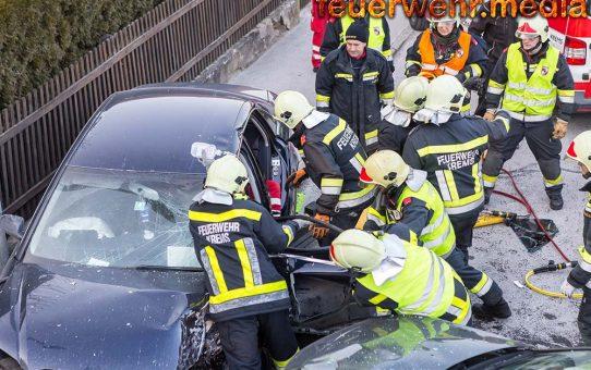 Menschenrettung nach Verkehrsunfall auf der Kremstalstraße
