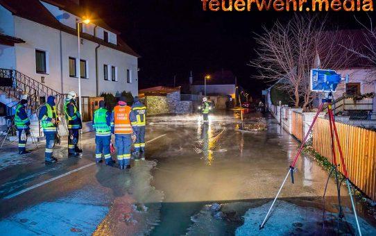 Wasserrohrbruch in der Landersdorfer Straße - Straße überschwemmt