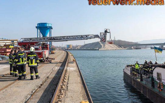 Person mit Drehleiter von Schubschiff gerettet