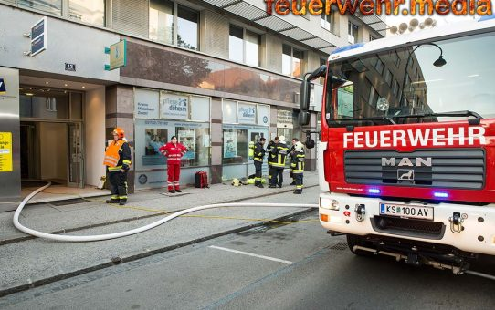 Frau mit Enkeltochter bringt sich bei Küchenbrand in Sicherheit