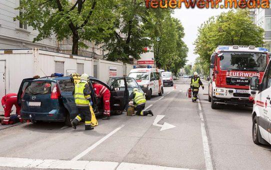 Feuerwehr und Rettungsdienst befreien eingeschlossene Person aus Unfallfahrzeug