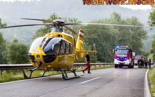 Schwerer Verkehrsunfall auf der B34 - Lenker im Wrack eingeklemmt