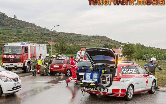 Fahrzeuglenkerin nach Unfall im Pkw eingeschlossen