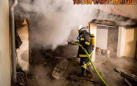 Garage nach explosionsartigem Knall in Vollbrand