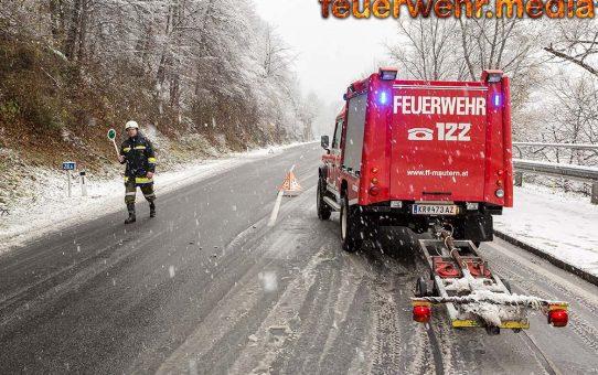 Zwei Pkw verunfallen im dichten Schneetreiben auf der B33