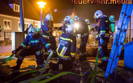 Bewohner flüchten bei nächtlichen Wohnungsbrand ins Freie