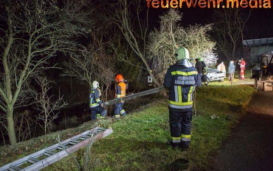 Feuerwehr und Rotes Kreuz retten eine Person aus unwegsamen Gelände