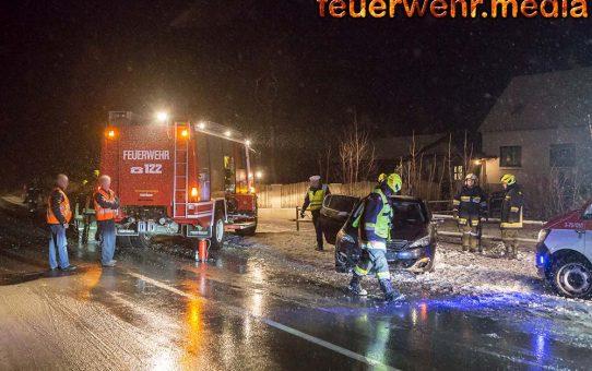 Crashrettung bei Verkehrsunfall bei tiefwinterlichen Bedingungen auf der B32
