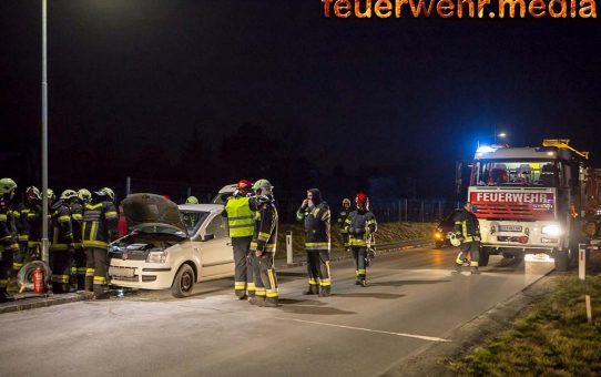 Ersthelfer löscht Fahrzeugbrand vor Eintreffen der Feuerwehr