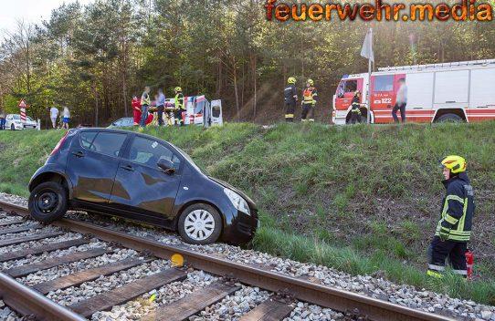 Bahnstrecke nach Unfall mit drei Fahrzeugen auf der L100 blockiert
