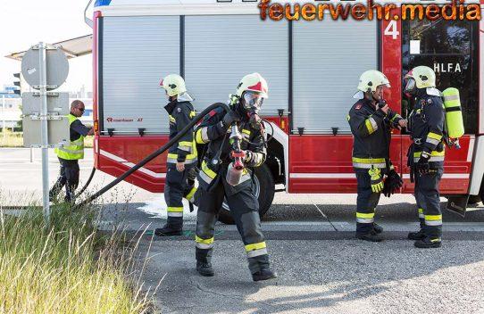 Ersthelfer dämmen Fahrzeugbrand ein - Feuerwehr führt Nachlöscharbeiten durch