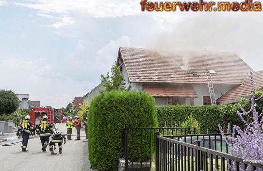Schweißtreibender Atemschutzeinsatz bei Dachstuhlbrand in Rohrendorf