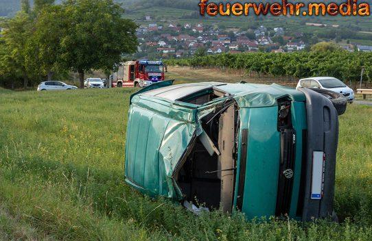 VW-Bus kommt von der L7032 ab und überschlägt sich - Eine Person verletzt