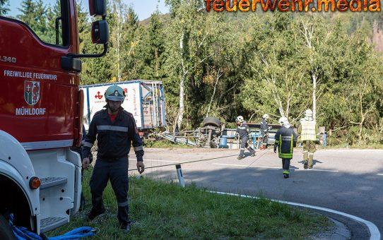Mit Hackschnitzel beladener Anhänger auf der B217 umgestürzt
