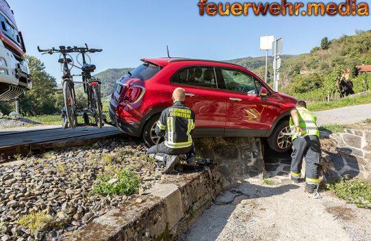 Fahrzeug rutscht von der Fahrbahn - Wachaubahn blockiert
