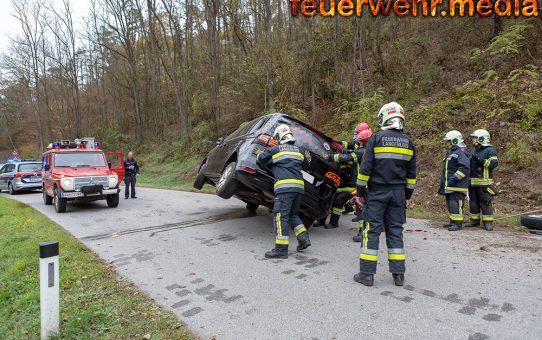 Fahrzeug kippt auf die Beifahrerseite - Mutter und zwei Kleinkinder unverletzt
