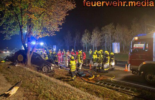 Pkw mit Anhänger fällt auf der B34 einen Baum - Fahrer eingeklemmt
