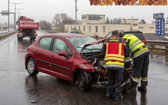 Fahrzeugwrack blockiert nach Unfall die B37