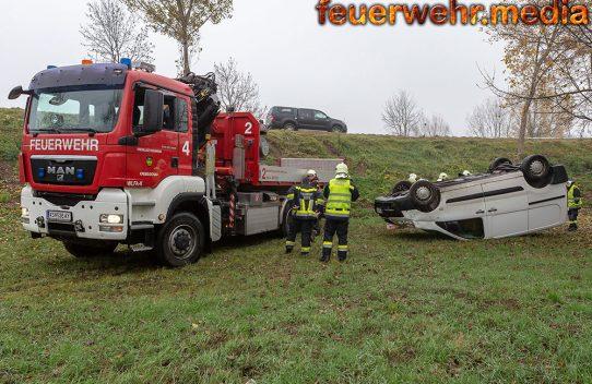 Transporter stürzt von der S5 und landet am Dach liegend in einer Wiese