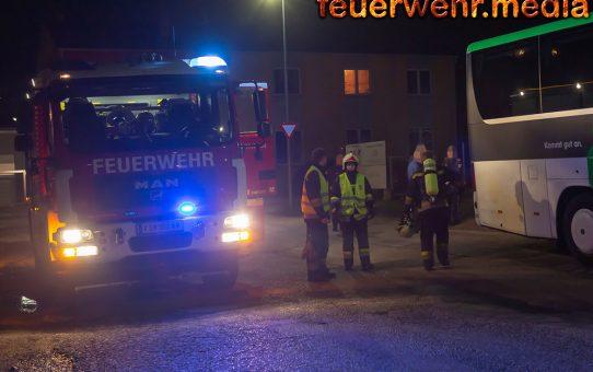 Ersthelfer löschen Brand an einem Autobus in Lerchenfeld