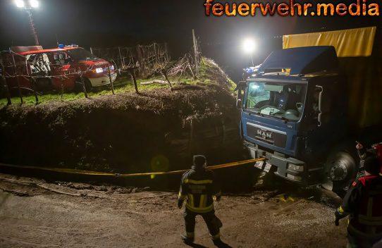 Aufwendige Lkw-Bergung auf einem Güterweg in Hollenburg