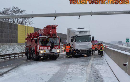 Kranfahrzeug nach Lkw-Unfall auf der S5 im Einsatz
