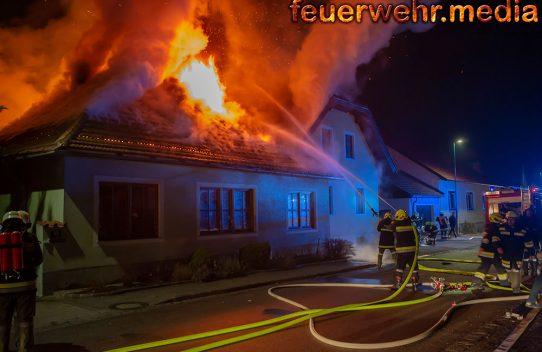 Nächtlicher Wohnhausbrand in Theiss fordert vier Feuerwehren