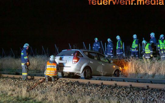Auto blockiert nach Unfall eine Bahnstrecke