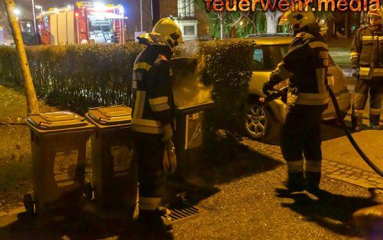 Feuerwehr löscht rauchende Mülltonne
