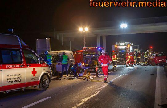 Zwei Insassen nach Pkw-Frontalzusammenstoß auf der S5 aus Fahrzeugen befreit