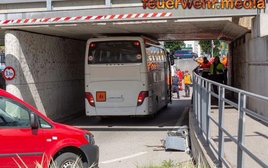 Autobus bleibt in einer Unterführung stecken