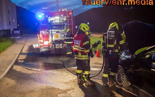 Ersthelfer dämmt Fahrzeugbrand ein