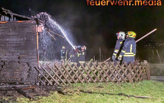Hausbesitzer entdeckt Brand seiner Gartenhütte
