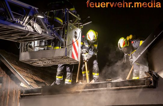 Dachstuhlbrand in Obermeisling - Sechs Feuerwehren im Einsatz