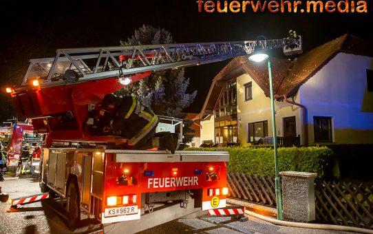 Kremser Drehleiter unterstützt bei Dachstuhlbrand in Grafenwörth