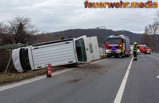 Unfall auf der B33 - Beim Abbiegen Campingbus übersehen