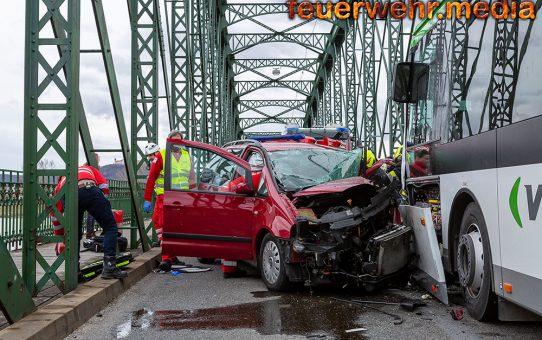 Pkw prallt auf der Mauterner Brücke gegen einen Autobus