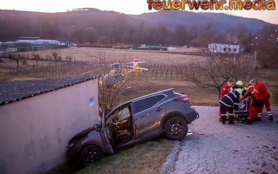 Fahrzeug prallte gegen eine Hausmauer