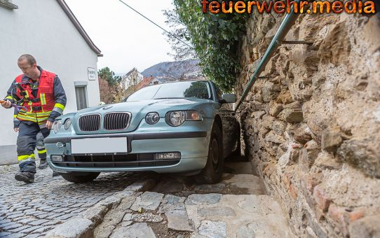 Fahrzeugbergung in der Frauenberggasse – Pkw gerät auf die Stufen